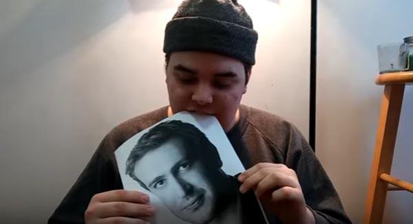 Способ прославиться: парень ест фотографии актера Джейсона Сигела и выкладывает видео об этом