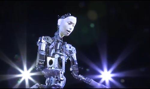 В Японии представили мини-оперу «Страшная красота», в которой поет и дирижирует робот-андроид