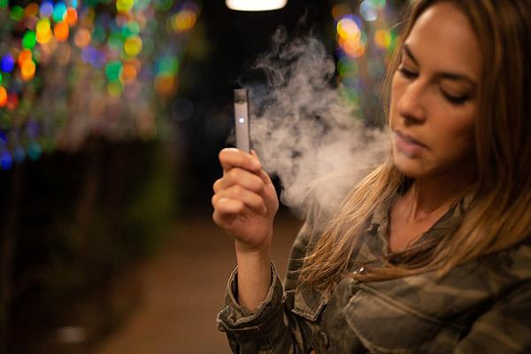 Курить, чтобы бросить курить: исследование показало, что электронные сигареты эффективнее никотиновых жвачек и пластырей